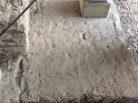 In deze betonlaag zijn afdrukken zichtbaar van schoenzolen van de bouwers. Let op de nageltjes waarmee de zolen toen werden beslagen.