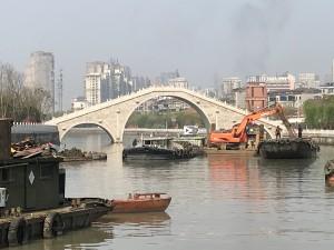 Prachtig bruggetje. Jammer dat ze ervoor bezig waren het kanaal uit te diepen.