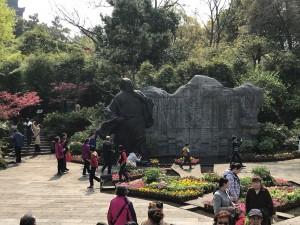 Een beeld van de stichter van het park. Een beroemde denker die in Changzhou gestorven is.