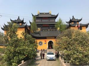 De tempel nog een keer. Van binnen ook erg mooi, maar in vol bedrijf. Er waren mensen aan het bidden.