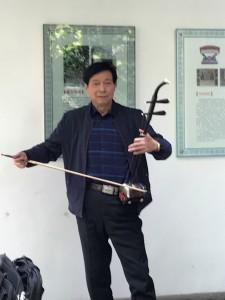Traditionele violist? In elk geval een strijikinstrument met 1 snaar.