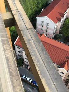 Er ligt een stukje hotel op deze balk?