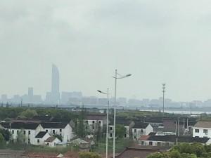 Belachelijk hoge toren aan de horizon. Eromheen staan flats van 40 verdiepingen.